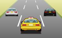 Taxi jaune sur route encombrée