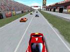 Une fille pilote une voiture de course Nascar sur circuit