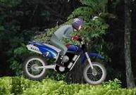 Piloter une moto de franchissement en pleine jungle